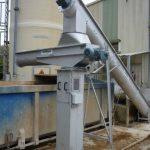 Convoyeur de transfert de boue sur pivot pour alimentation de bennes