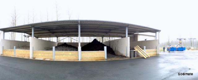 Convoyeur de 33 m de long alimentant 4 aires de stockage de boue