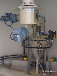 Dévouteur doseur sous silo alimentant un hydro-éjecteur