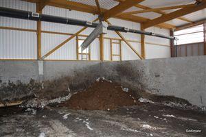 Convoyeur de transfert en aval du mélangeur pour l'alimentation de l'aire de stockage des boues