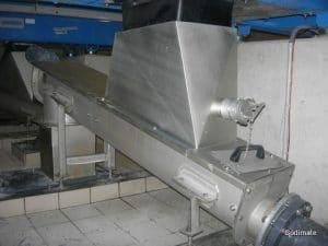 Convoyeur en reprise d'une centrifugeuse